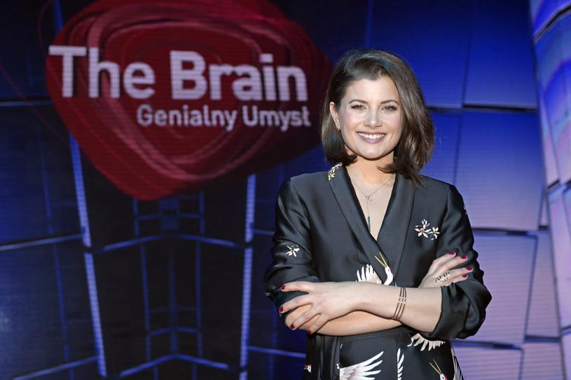 """W programie """"The Brain. Genialny Umysł"""" Agnieszka Sienkiewicz przedstawia zakulisowe życie bohaterów programu. Kto z nich zrobił na niej największe wrażenie i jak godzi pracę z życiem rodzinnym?"""