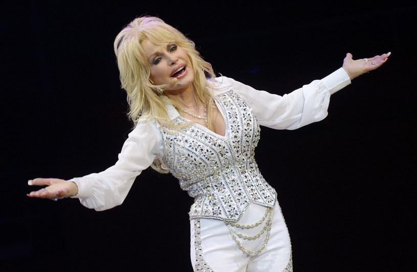 Wokalistka Dolly Parton oddała hołd swojemu przyjacielowi i menedżerowi, Donowi Wardenowi, który zmarł w sobotę (11 marca) w wieku 87 lat.