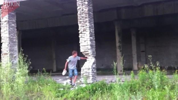 Ten facet ciągle rzucał cegły w pęknięty filar. Ostatecznie filar skruszył się całkowicie, co spowodowało, że runęła także - podtrzymywana przez niego - część budynku.
