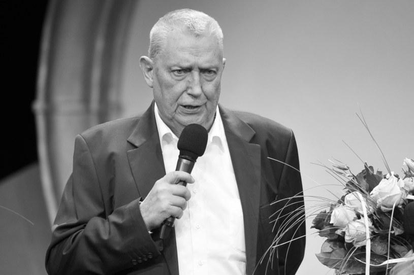 Senat uczcił w czwartek (16 marca) minutą ciszy pamięć zmarłego w środę Wojciecha Młynarskiego - barda, poety, artysty kabaretowego, autora piosenek i librett, dramaturga i scenarzysty.