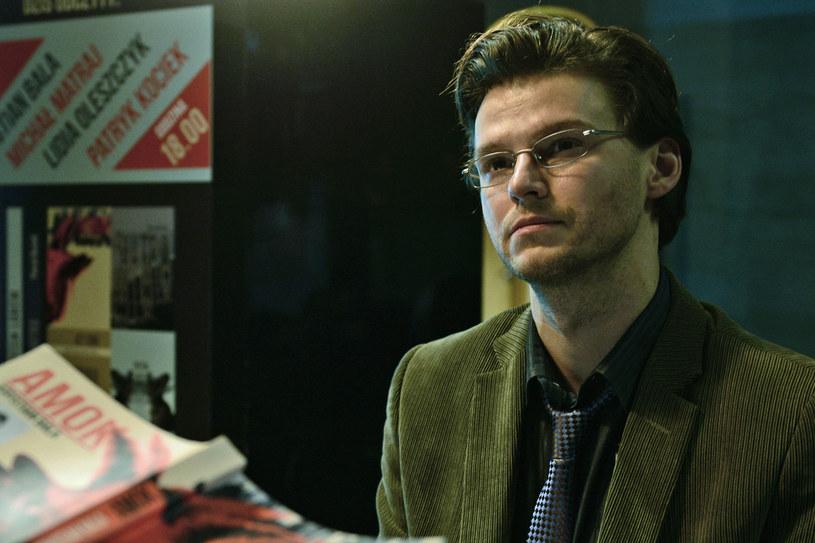 """Mateusz Kościukiewicz, znany z głośnych ról w filmach """"W imię... """" i """"Wszystko, co kocham"""", powraca na kinowe ekrany. 24 marca zobaczymy go w roli Krystiana Bali - pisarza, którego historią żyły media na całym świecie. W wydanej w 2003 roku książce """"Amok"""" opisał zbrodnię bardzo podobną do tej, o którą został później oskarżony!"""