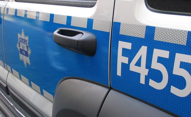 Mazowiecka policja poszukuje mężczyzny, który ukradł pieniądze z salonu gier w Grodzisku Mazowieckim. Poszkodowana została pracownica salonu. Sprawca uderzył ją i dusił. Życiu kobiety nie zagraża niebezpieczeństwo. Informację o zdarzeniu otrzymaliśmy na Gorącą Linię RMF FM.