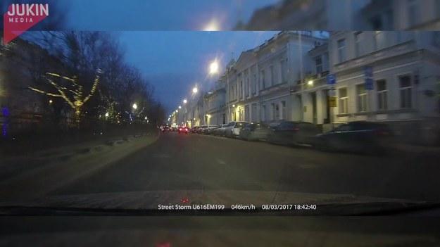 Ten facet jechał samochodem przez miasto, kiedy nagle zobaczył dziwny cień na budynku. Nie mógł powstrzymać chichotu, gdy cień nagle zaczął tańczyć...