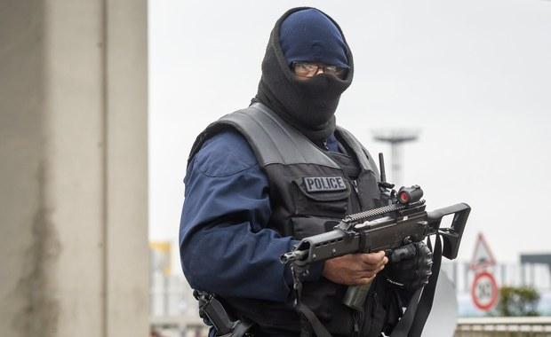 """Po udaremnionej próbie zamachu na lotnisko Orly w Paryżu francuskie media zastanawiają się nad ewolucją terroryzmu i metodami walki z tym zjawiskiem. """"Le Figaro"""" omawia trudności, z jakimi związane jest zwiększenie bezpieczeństwa na lotniskach."""