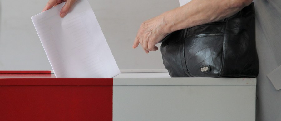 W wyborach samorządowych w 2018 roku wyborcy będą głosować za pomocą karty do głosowania w formie książeczki - poinformował w poniedziałek przewodniczący Państwowej Komisji Wyborczej, sędzia Wojciech Hermeliński. Karty do głosowania będą zabezpieczane hologramami.