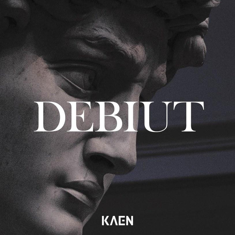 """Co u KaeNa? Jemu opadła maska, słuchaczowi opadają ręce. W tym """"rapie środka"""" przeglądają się wszystkie grzechy polskiej muzyki popularnej."""