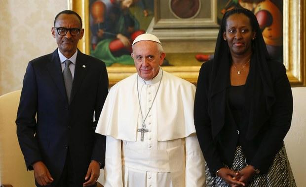 """Papież Franciszek spotkał się w Watykanie z prezydentem Rwandy Paulem Kagame. Podczas audiencji prosił o wybaczenie """"za grzechy ludzi Kościoła w czasie ludobójstwa w 1994 roku"""". Tym samym nawiązał do gestu Jana Pawła II z 2000 roku."""
