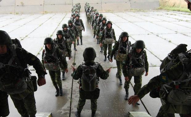 Manewry Zapad-2017 potrwają sześć dni i weźmie w nich udział nie więcej niż 13 tys. żołnierzy, w tym ok. 3 tys. Rosjan i 280 jednostek rosyjskiego sprzętu wojskowego - poinformował minister obrony Białorusi Andrij Raukou. Jak dodał, zachodni partnerzy, w tym NATO, otrzymają zaproszenia. Wyślemy je 50 dni przed rozpoczęciem manewrów - zapewnił.