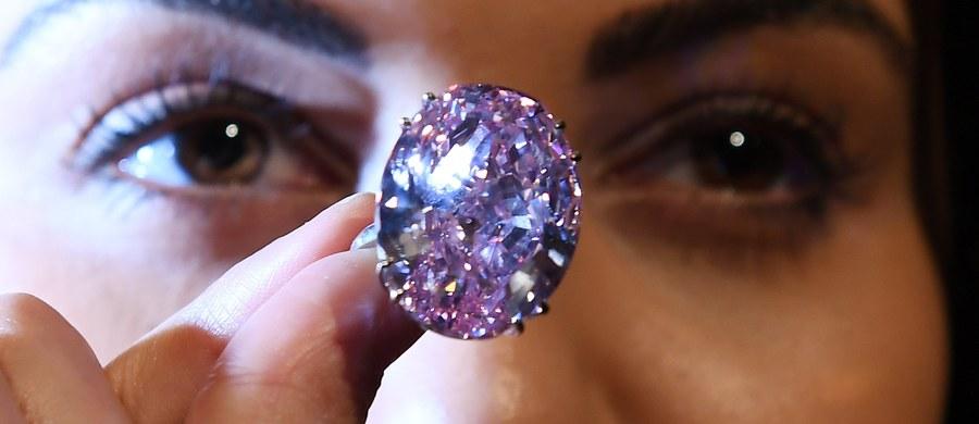 """Posiadający ponad 59 karatów diament """"Różowa Gwiazda"""" może być najdroższym diamentem, jaki kiedykolwiek sprzedano na aukcji. Dom aukcyjny Sotheby's w Londynie przewiduje, że jego cena przekroczy 60 milionów dolarów."""