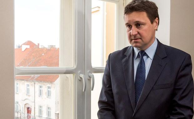 Sąd Rejonowy w Chełmnie przeprowadzi proces posła PiS Łukasza Zbonikowskiego, oskarżonego przez żonę o naruszenie nietykalności cielesnej. Nie przyznaje się do winy. Dziś odbyło się posiedzenie pojednawcze, ale strony nie doszły do porozumienia.
