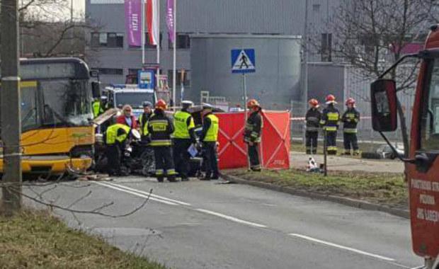 1 osoba zginęła, a 4 są ranne - to skutki groźnego wypadku w Gliwicach-Łabędach. Samochód osobowy zderzył się tam z miejskim autobusem.