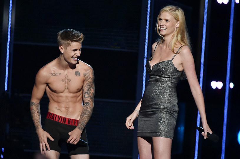 Justin Bieber, podczas swojej wizyty w Nowej Zelandii, wybrał się do lokalnego klubu, gdzie tańczył z pewną starszą panią.