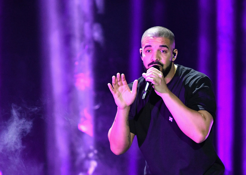 """18 marca do sieci trafił nowy muzyczny projekt Drake'a """"More Life"""" i niemal natychmiast stał się jednym z najpopularniejszych tematów w branży rozrywkowej. Album Kanadyjczyka już zdążył pobić rekordy na Spotify, a także stał się tematem memów i domysłów."""