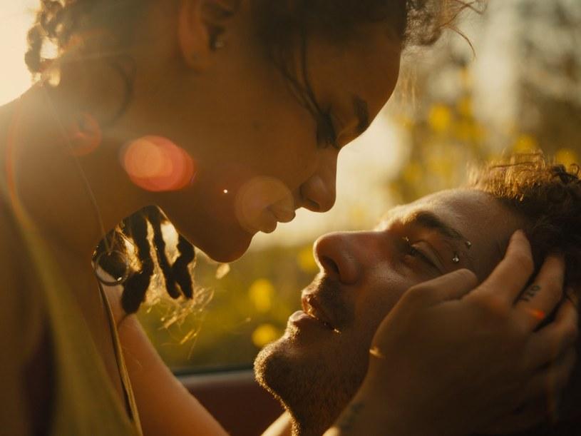 """31 marca do polskich kin trafi film """"American Honey"""" w reżyserii Andrei Arnold - pulsująca emocjami i muzyką opowieść o poszukiwaniu własnej drogi. W jednej z głównych ról zobaczymy amerykańskiego aktora Shię LaBeoufa, który po serii skandali i alkoholowym kryzysie powraca w świetnej roli charyzmatycznego przywódcy podróżujących po Stanach nastolatków."""