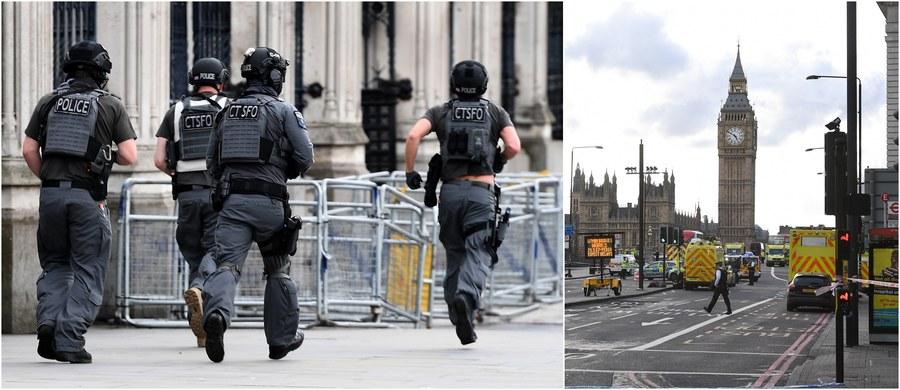 Trzy ofiary śmiertelne - wśród nich policjant, zastrzelony napastnik i 29 rannych, spośród których siedmioro jest w stanie krytycznym - to już oficjalny tragiczny bilans wczorajszego ataku terrorystycznego w Londynie. Jak podała premier Theresa May, wśród poszkodowanych jest obywatel Polski. Według dotychczasowych ustaleń brytyjskich służb, zamachowiec działał w pojedynkę, a inspiracją był dla niego międzynarodowy terroryzm. Napastnikiem był 52-letni Chalid Masud. Odpowiedzialność za atak wzięło na siebie Państwo Islamskie.