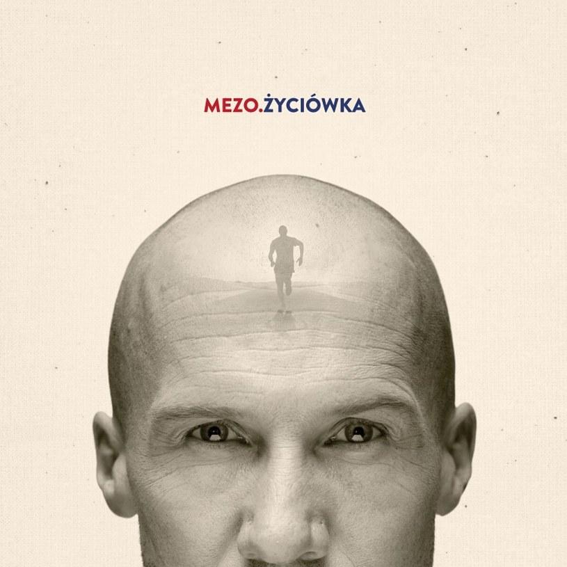 """Znany z przebojów """"Sacrum"""" i """"Ważne"""" Jacek Mezo Mejer w piątek 26 marca wydaje nowy album """"Życiówka"""". Tego samego dnia wokalista wystartuje w Poznań Półmaratonie, podczas którego planuje pobić swój rekord życiowy."""