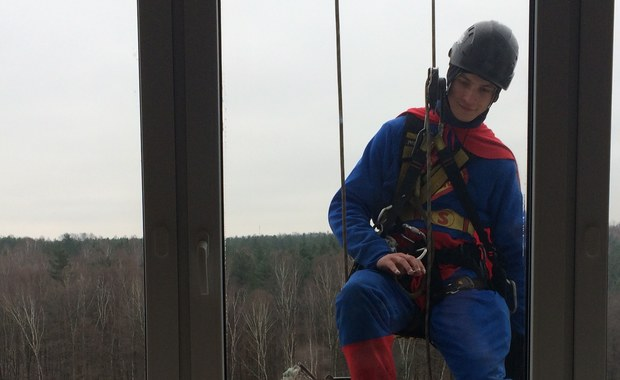 Wiosenne porządki z superbohaterami w Górnośląskim Centrum Zdrowia Dziecka w Katowicach. Na specjalnych linach okna na zewnątrz szpitala myli dziś Spiderman i Superman. Dla małych pacjentów była to duża atrakcja, która na chwilę pozwoliła im oderwać się od szpitalnej codzienności.
