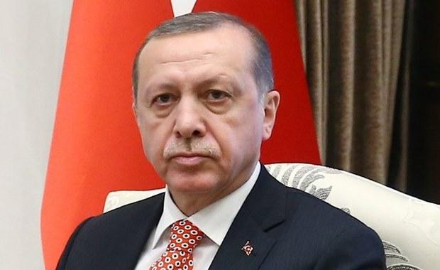 Prezydent Turcji Recep Tayyip Erdogan zapowiedział, że po kwietniowym referendum odbędzie się przegląd politycznych i administracyjnych związków jego kraju z Unią Europejską, w tym porozumienia w sprawie migrantów.