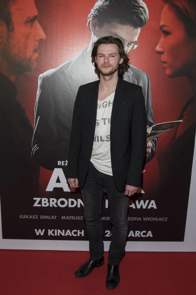 """W """"Amoku"""", najnowszym filmie Kasi Adamek, Mateusz Kościukiewicz wciela się w pisarza-mordercę, który jest gotów zrobić wszystko dla sławy i sukcesu. Prywatnie aktor jest zaprzeczeniem swojej postaci. Jak przyznaje: """"Prowadzę bardzo nudne i proste życie""""."""