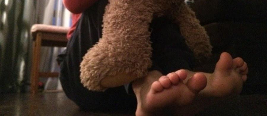 Pięciolatka spod Gryfic w Zachodniopomorskiem, która matka wykąpała w zbyt gorącej wodzie, została odebrana matce. Taką decyzję podjął dziś sąd rodzinny. 29-latka, która dwa tygodnie temu wykąpała dziewczynkę w zbyt gorącej wodzie, podejrzana jest o spowodowanie u dziecka ciężkiego uszczerbku na zdrowiu i nieudzielenie córce pomocy. Wczoraj kobieta znów była pijana.