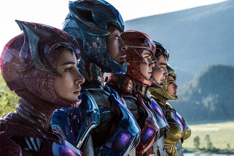 """Jakkolwiek absurdalnie by to nie zabrzmiało, kinowy reboot """"Power Rangers"""" jest filmem ambitnym i karkołomnym. Stanowi bowiem próbę dodania ciężaru konwencji, która wydaje się szczytem beztroski i infantylizmu. Inną kwestią pozostaje jednak to, że rezultat tych starań jest w najlepszym razie kuriozalny."""