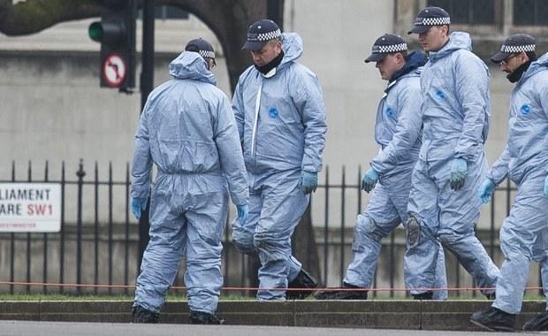 Sprawca środowego zamachu w Londynie został islamskim fanatykiem w więzieniu. Trafił tam w 2000 roku. To najnowsze doniesienia brytyjskich mediów na temat 52-letniego Chalida Masuda. W przeprowadzonym przez niego zamachu zginęły 4 osoby. 29 osób zostało rannych. Kilka z nich jest w stanie krytycznym.