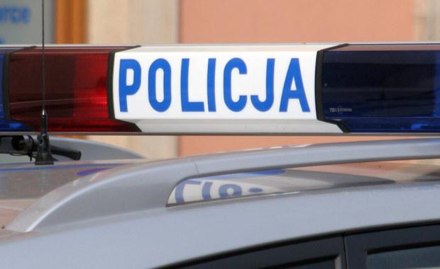 Wypadek w Łopuchowie w powiecie poznańskim. Kierujący samochodem osobowym nie zatrzymał się do kontroli i zaczął uciekać. Ruszyła za nim policja. W trakcie pościgu mężczyzna wjechał do rowu i uderzył w drzewo.