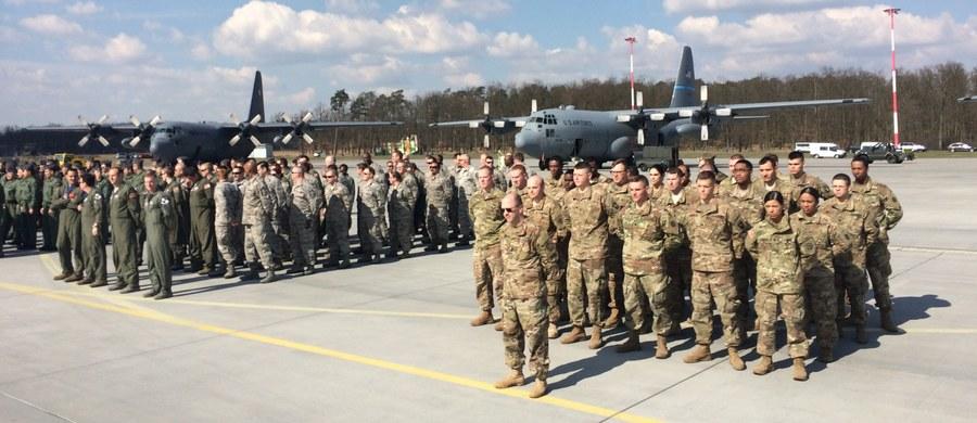 Dziewięćdziesięciu amerykańskich i siedemdziesięciu polskich żołnierzy szkoli się na wojskowym lotnisku w wielkopolskim Powidzu. Ćwiczenia Aviation Detachment 17-2 to m.in. loty w ugrupowaniu taktycznym, lądowanie na powierzchni nieutwardzonej, loty z wykorzystaniem gogli noktowizyjnych, na niskiej wysokości, czy wspólne z myśliwcami MIG-29.