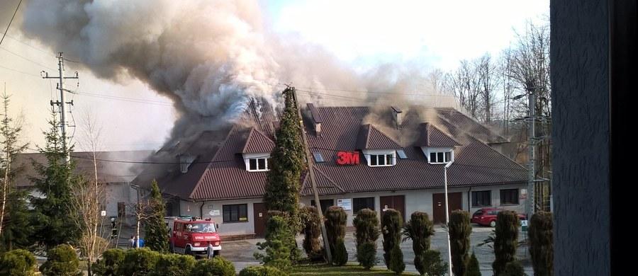 15 zastępów strażaków walczyło z pożarem zakładu produkcyjnego w Skomielnej Białej w Małopolsce. Informacje o zdarzeniu dostaliśmy na Gorącą Linię RMF FM.