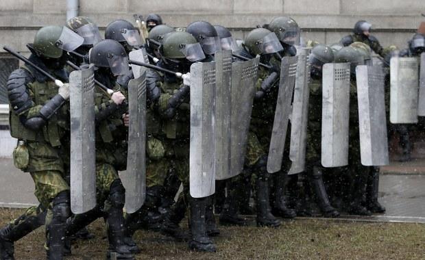 Sąd w Mińsku skazał na 15 dni aresztu obywatelkę RP, stale mieszkającą na Białorusi. Dorota N. została zatrzymana dzień wcześniej za nieporządkowanie się poleceniom milicjantów. Zatrzymanie nie miało związku z sobotnimi protestami w stolicy.