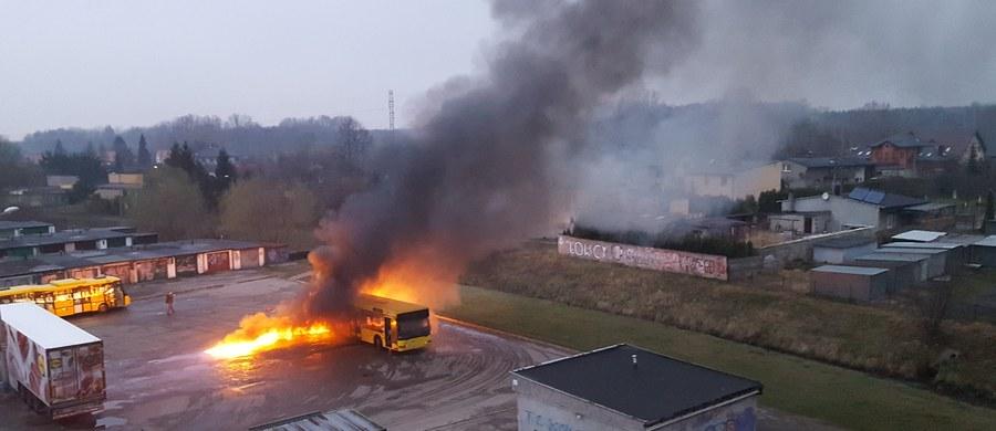 Pożar autobusu na pętli w Rudzie Śląskiej-Halembie. Informację i zdjęcia z miejsca zdarzenia dostaliśmy na Gorącą Linię RMF FM.