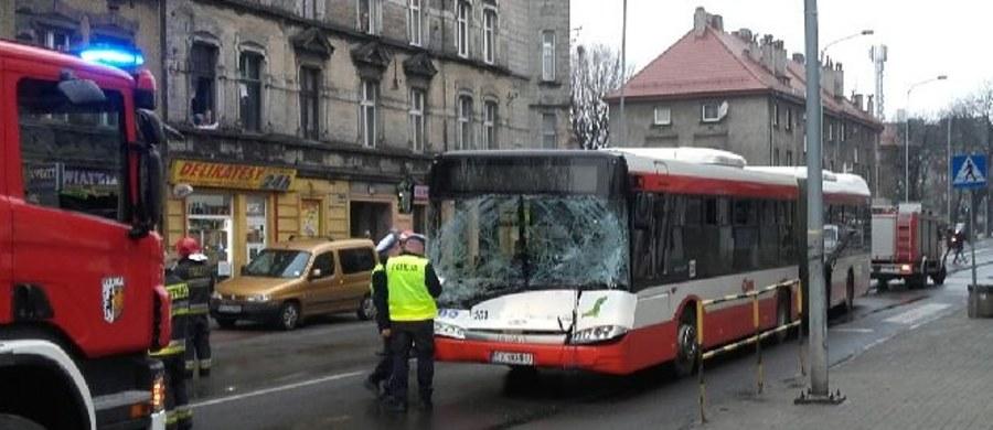 Kierowca miejskiego autobusu trafił do szpitala po wypadku w Bytomiu. Informację i zdjęcie z miejsca zdarzenia dostaliśmy na Gorącą Linię RMF FM.