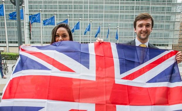 Brytyjski minister ds. Brexitu David Davis powiedział, że nie spodziewa się, by jego kraj musiał zapłacić Unii Europejskiej 50 mld funtów (62 mld USD) w ramach procesu wychodzenia ze Wspólnoty. Dodał, że kończy się era wypłacania Brukseli wielkich kwot. Według brytyjskich mediów, Wielka Brytania być może będzie musiała zapłacić 50-60 mld funtów, aby wywiązać się z istniejących zobowiązań budżetowych w czasie, gdy negocjuje Brexit.