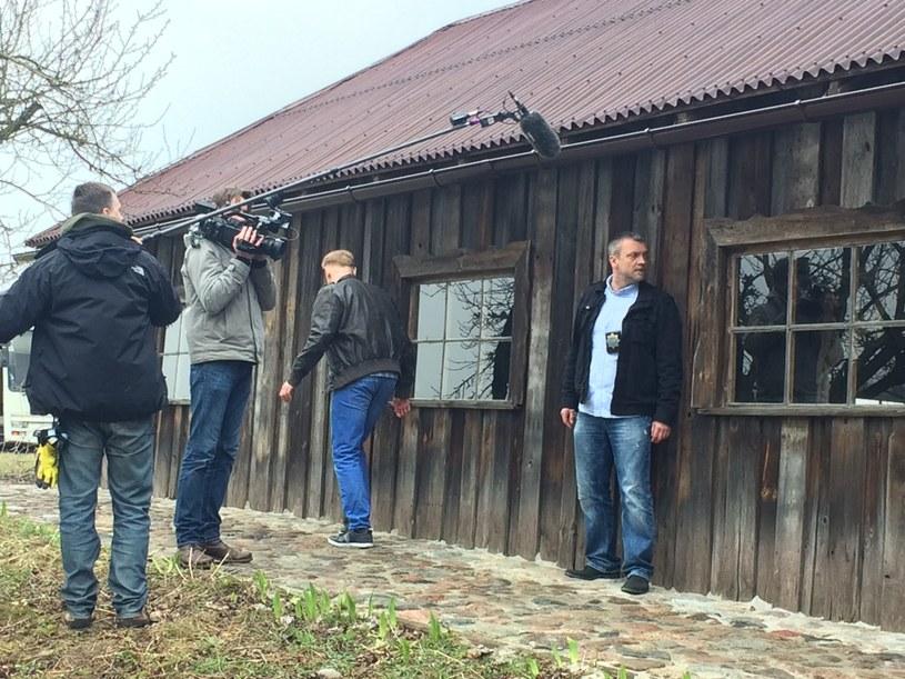 """W podwarszawskim Piasecznie rozpoczęły się zdjęcia do produkowanego dla TVP1 serialu paradokumentalnego """"Komisariat"""". W rolę jednego z komisarzy stołecznej policji wcieli się Sebastian Wątroba."""