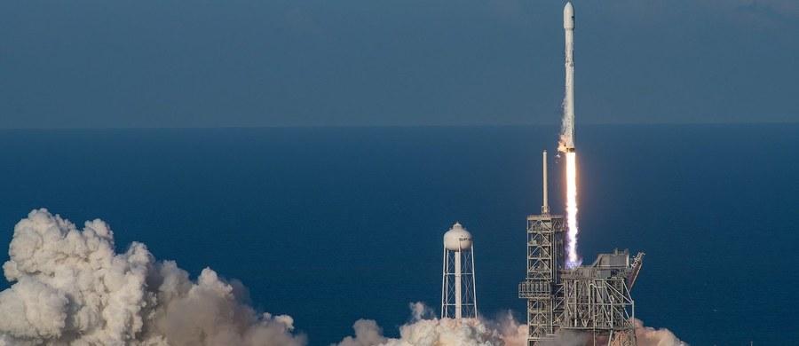 Należąca do prywatnej firmy SpaceX rakieta Falcon 9, której główny człon był już wykorzystany w misji kosmicznej, wyniosła na orbitę sztucznego satelitę. Rakieta wystartowała w nocy z czwartku na piątek czasu polskiego z przylądka Canaveral na Florydzie.