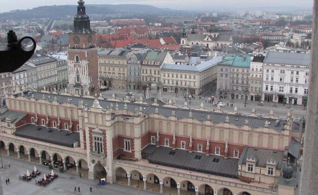 """""""Sic transit gloria mundi"""" i """"signum temporis"""" - te dwie łacińskie maksymy nasuwają mi się, kiedy czytam, że w miejscu jednego z najbardziej luksusowych sklepów w Krakowie, jakim były przez wiele dziesięcioleci delikatesy na linii C-D Rynku Głównego, powstanie dyskontowa Biedronka."""