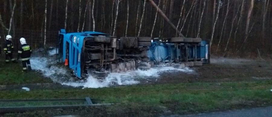 Po wypadku cysterny ze skroplonym tlenem w Prószkowie autostrada A4 jest zablokowana w obydwu kierunkach. Wojewoda opolski w specjalnym komunikacie prosi o korzystanie z objazdów.