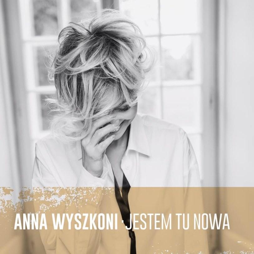 Trzecie (pomijając kolędy) od rozstania z zespołem Łzy podejście Wyszkoni do tematu kariery solowej ma wszystkie plusy i wszystkie minusy polskiego mainstreamowego popu.