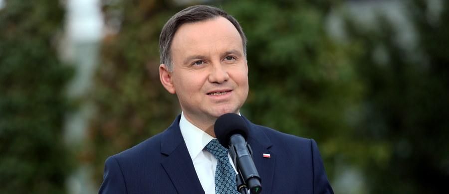 Prezydent Andrzej Duda powiedział, że jest zadowolony ze spotkania z szefem MON Antonim Macierewiczem, jego zastępcami i najwyższymi dowódcami. Zapewnił, że chce przestrzegania zasady jego zwierzchnictwa nad wojskiem za pośrednictwem ministra.