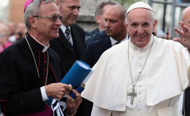 """""""Papież Franciszek bierze pod uwagę możliwość ustąpienia z urzędu, gdy nie będzie mógł już go sprawować"""" - napisał w artykule emerytowany generał jezuitów ksiądz Adolfo Nicolas. Powołał się, przy tym, na rozmowę z papieżem."""