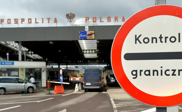 Od 7 kwietnia wszystkie osoby przekraczające zewnętrzne granice UE będą podlegać szczegółowej odprawie. Zaostrzenie przez Komisję Europejską przepisów może wydłużyć odprawę - poinformowała PAP Straż Graniczna.