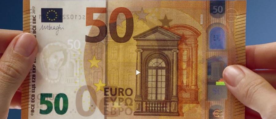 Najczęściej podrabiany banknot euro od dziś w nowej odsłonie. Według danych niemieckiego Bundesbanku 6 na 10 przypadków fałszerstw w zeszłym roku dotyczyło właśnie nominału 50 euro. Dlatego nowa szata banknotu ma zapewnić większe bezpieczeństwo.