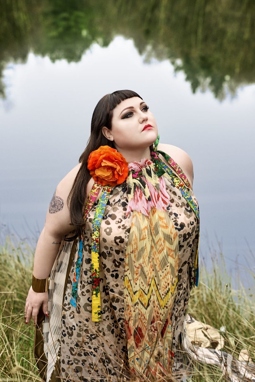 """Po prawie 17 latach romansowania z taneczną wersją garage-punku pod szyldem Gossip,  Beth Ditto debiutuje solowo płytą """"Fake Sugar"""". Album ukaże się 16 czerwca, a promuje go singel """"Fire""""."""