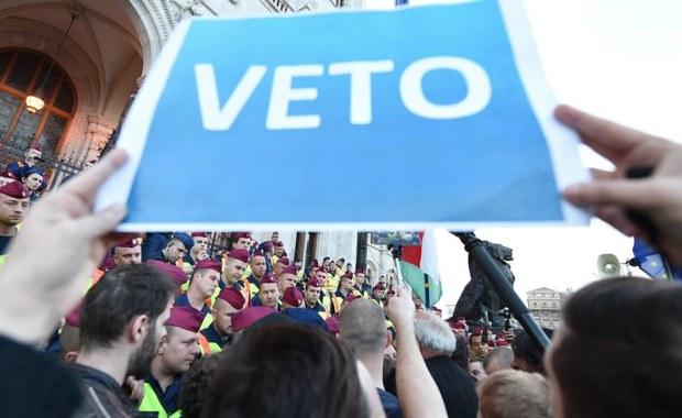 Żywy łańcuch utworzyli wokół Uniwersytetu Środkowoeuropejskiego (CEU) w Budapeszcie przeciwnicy przyjętej przez parlament Węgier ustawy zaostrzającej warunki działania zagranicznych uniwersytetów. W akcji wzięło udział kilka tysięcy osób.