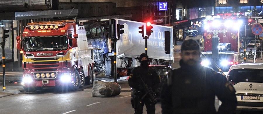Szwedzka telewizja publiczna SVT poinformowała w nocy z piątku na sobotę, powołując na źródła policyjne, o aresztowaniu drugiego mężczyzny po ataku w centrum Sztokholmu, w którym zginęły cztery osoby, a 15 zostało rannych.