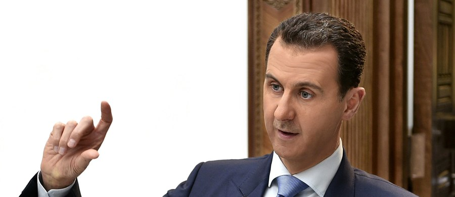 """""""Reżim w Damaszku chyba za bardzo uwierzył sygnałom nadchodzącym z Waszyngtonu, że Stany Zjednoczone nie są zainteresowane usunięciem prezydenta Baszara el-Asada, a jego los powinien zależeć od samych Syryjczyków. Tymczasem Amerykanie dopowiedzieli na atak bronią chemiczną ostrzałem syryjskiego lotniska, co było dużym zaskoczeniem. Najprawdopodobniej reżim w Damaszku nie będzie już używać broni chemicznej, ale nie wiem, czy to ma aż tak wielkie znacznie. Większość ofiar wojny w Syrii nie zginęła od broni chemicznej. Lojalna el-Asadowi armia syryjska ma wystarczająco dużo broni konwencjonalnej, by zabić wszystkich swoich przeciwników"""" - mówi w rozmowie z korespondentem RMF FM Ian Bond, dyrektor do spraw zagranicznych w brytyjskim instytucie Centre for European Reform. """"Trump wydaje się być pod olbrzymim wrażaniem tego, co ostatnio zobaczył w telewizji. Nic dziwnego, że zdjęcia ofiar niedawnego ataku bronią chemiczną w Syrii zrobiły na nim olbrzymie wrażenie - większe niż wcześniejsze obrazy ofiar broni konwencjonalnej - nawet jeśli atakowane były szpitale czy szkoły"""" - zauważa ekspert. """"Jeśli codziennie komuś lecą na głowę bomby to wydaje mi się, że nie ma to znaczenia, czy zawierają konwencjonalny ładunek czy chemiczny"""" - dodaje."""