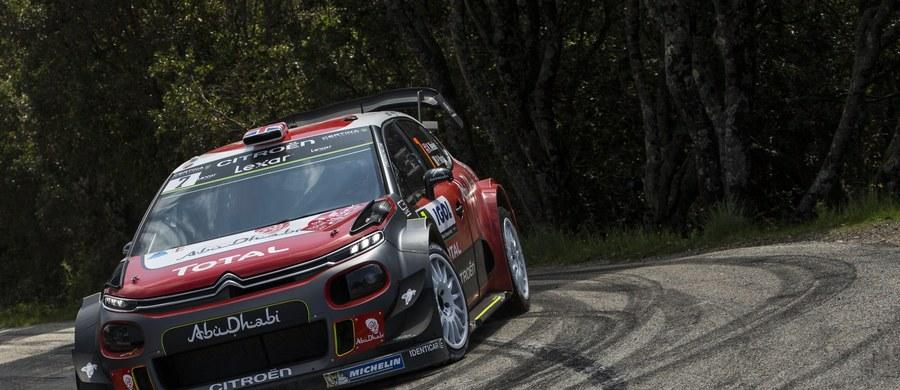 Prowadzący w Rajdzie Korsyki brytyjski kierowca Kris Meeke (Citroen C3 WRC) wycofał się z rywalizacji po szóstym odcinku specjalnym. Prowadzenie objął Belg Thierry Neuville (Hyundai I20 WRC).