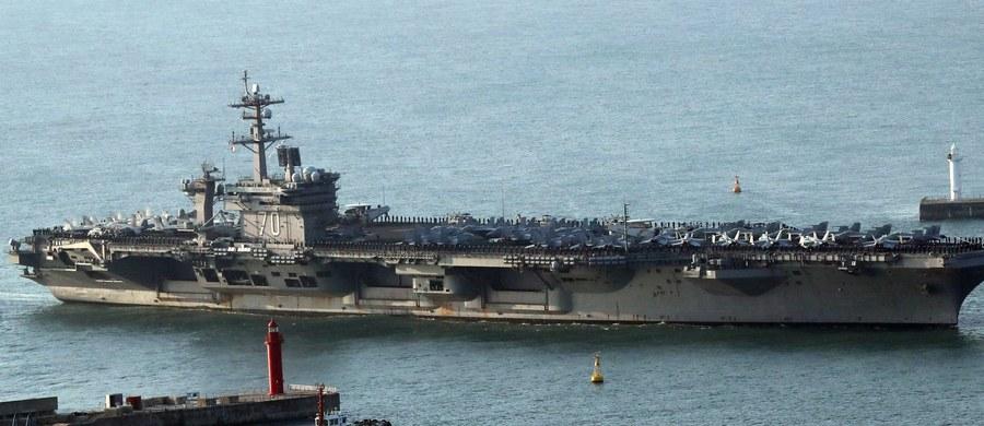 Stany Zjednoczone wysłały z Singapuru w kierunku Korei Północnej lotniskowiec i kilka niszczycieli oraz krążowników rakietowych. W środę Korea Północna w ramach intensyfikacji swego programu zbrojeniowego wystrzeliła kolejną rakietę balistyczną.