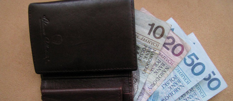 """Aż 29 proc. naszych pensji pochłaniają podatki i składki na ubezpieczenia społeczne - wynika z raportu firmy doradczej PwC """"Praca w Unii Europejskiej - podatki i składki"""". To oznacza, że do kieszeni przeciętnego polskiego pracownika trafia 71 proc. pensji brutto. To prawie tyle samo, co średnio we wszystkich krajach Unii Europejskiej (72 proc.). Zestawienie otwiera Cypr, gdzie do kieszeni mieszkańców trafia aż 91 proc. pensji brutto."""