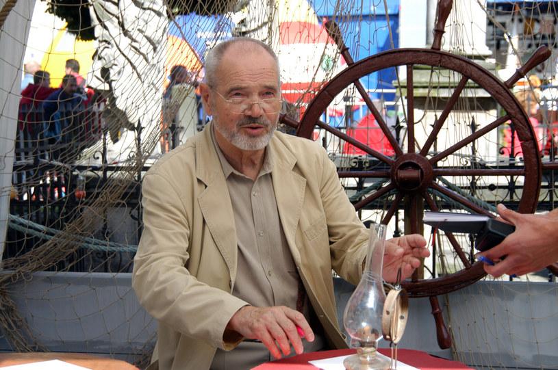 Niedawno otrzymał Orła, nagrodę Polskiej Akademii Filmowej za całokształt twórczości. Sylwester Chęciński, twórca komediowej sagi o Kargulu i Pawlaku, opowiada o kulisach tej produkcji. Zdradza też, co go inspirowało, wspomina swoje zawodowe początki i dzieciństwo spędzone na roztoczańskiej wsi.